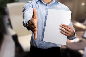 stretta di mano per lavorare in un ufficio